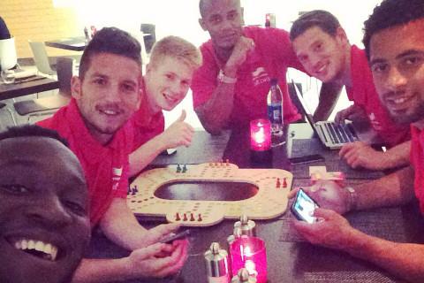 AnalogGames.com_Rode_Duivels_Keezen_Board_Game_Dries_Mertens_Football_Players_Analog_Games