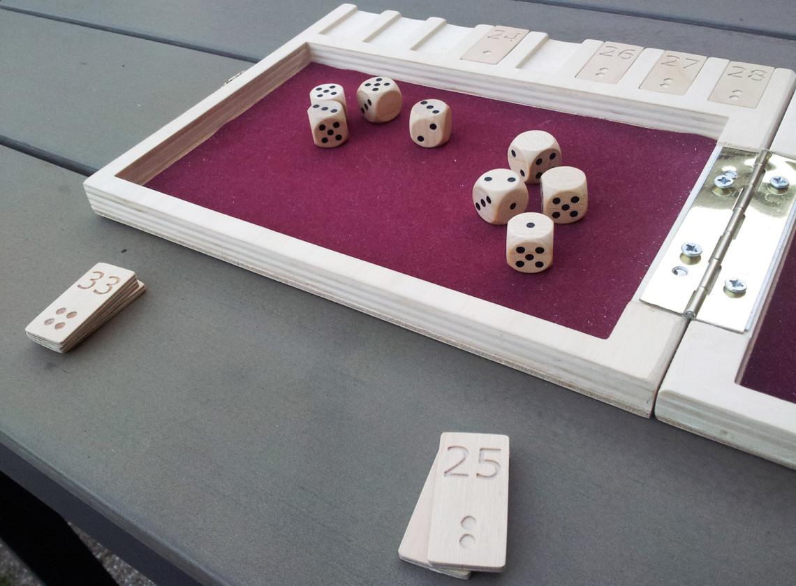 ' ' from the web at 'http://www.analoggames.com/wp-content/uploads/2016/01/AnalogGames.com_analog_games_board_game_dice_regenwormen_pickomino_heckmeck_reiner_knizia_bgg-1140x839.jpg'
